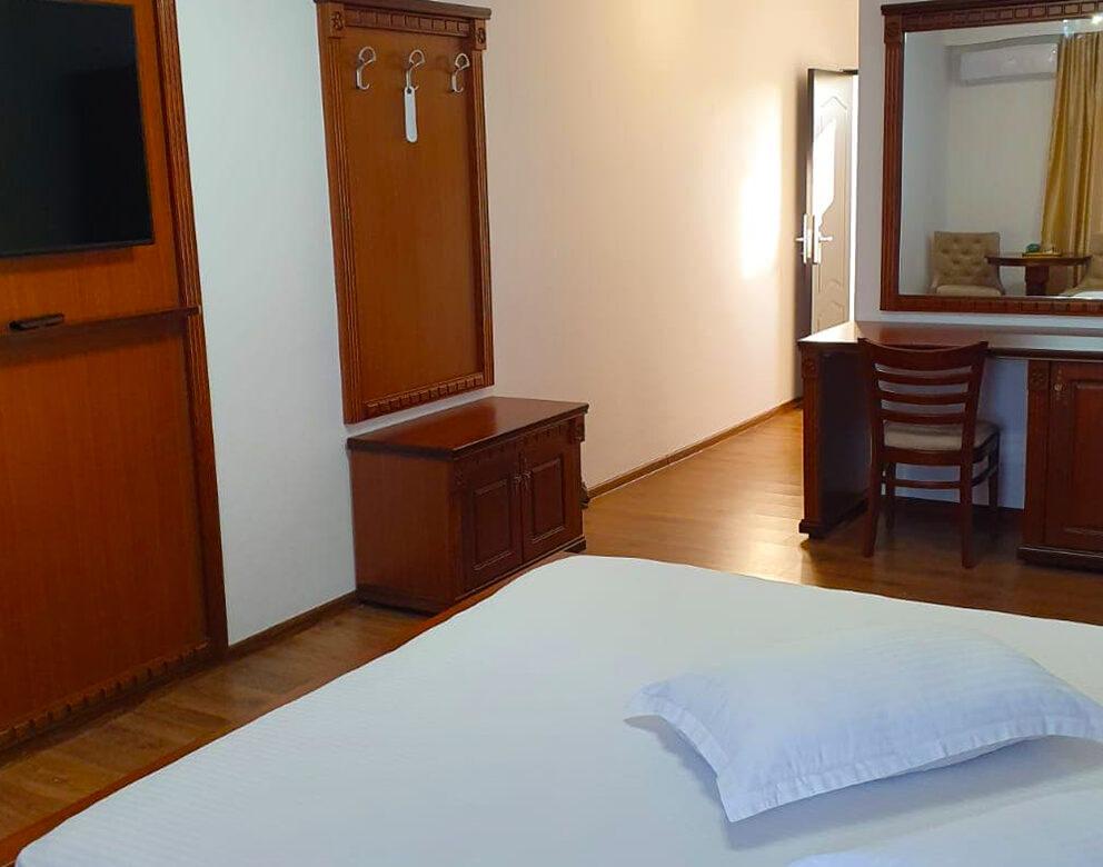Apartament cu Balcon si Vedere la Piscina