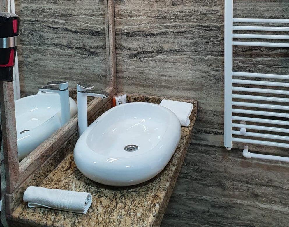 Baie - Apartament cu Balcon si Vedere la Piscina Hotel Elite Turnu Severin